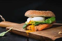 Bagel με το σολομό και το αυγό Στοκ Φωτογραφίες