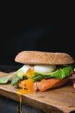 Bagel με το σολομό και το αυγό Στοκ Εικόνα