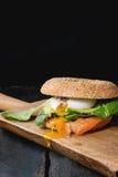 Bagel με το σολομό και το αυγό Στοκ Φωτογραφία