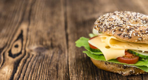 Bagel με το τυρί (γκούντα) Στοκ φωτογραφία με δικαίωμα ελεύθερης χρήσης