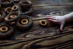 Bagel με το χέρι σπόρων παπαρουνών chid Στοκ φωτογραφίες με δικαίωμα ελεύθερης χρήσης