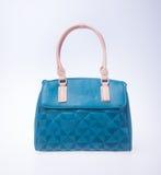 bagel μπλε τσάντα γυναικών μόδας χρώματος σε ένα υπόβαθρο Στοκ Φωτογραφίες