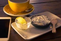 Bagel ξυλάνθρακα με το τυρί κρέμας στοκ εικόνες