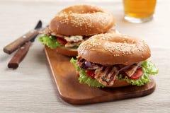 Bagel σάντουιτς με την ψημένη στη σχάρα Τουρκία Στοκ Εικόνες