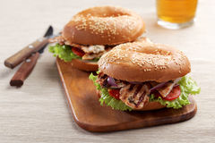 Bagel σάντουιτς με την ψημένη στη σχάρα Τουρκία Στοκ εικόνα με δικαίωμα ελεύθερης χρήσης