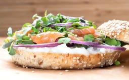Bagel σάντουιτς με το τυρί creame, σολομός, κρεμμύδι, ντομάτα, πράσινα, CH Στοκ εικόνα με δικαίωμα ελεύθερης χρήσης