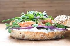 Bagel σάντουιτς με το τυρί creame, σολομός, κρεμμύδι, ντομάτα, πράσινα, CH Στοκ Εικόνα