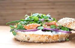 Bagel σάντουιτς με το τυρί creame, σολομός, κρεμμύδι, ντομάτα, πράσινα, CH Στοκ φωτογραφία με δικαίωμα ελεύθερης χρήσης