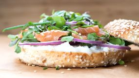 Bagel σάντουιτς με το τυρί creame, σολομός, κρεμμύδι, ντομάτα, πράσινα, CH Στοκ φωτογραφίες με δικαίωμα ελεύθερης χρήσης