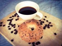 Bagel avec du café Photographie stock libre de droits