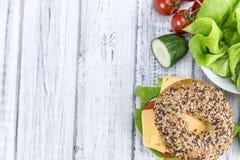 Bagel avec du fromage et x28 ; Gouda& x29 ; Photographie stock libre de droits