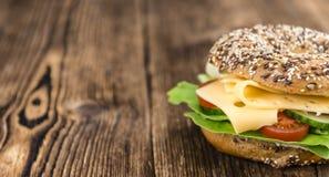 Bagel avec du fromage (le Gouda) Photographie stock libre de droits