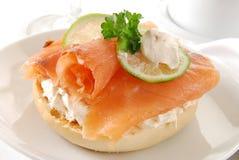 Bagel avec le fromage de saumon fumé et fondu Image libre de droits