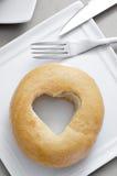 Bagel avec un trou en forme de coeur photo libre de droits