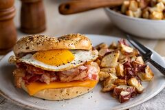 Free Bagel Breakfast Sandwich With Egg Bacon And Cheese Royalty Free Stock Images - 204385599