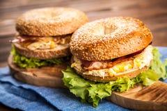 Bagel com bacon e ovo Imagens de Stock