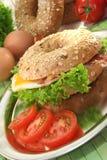 Bagel com ovo fritado e bacon fotografia de stock royalty free