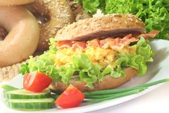 Bagel com ovos e bacon scrambled imagens de stock