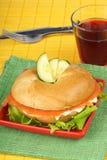 Bagel com queijo macio e os salmões fumados Foto de Stock Royalty Free
