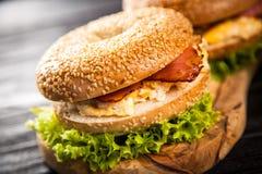 Bagel con bacon e l'uovo fotografia stock libera da diritti