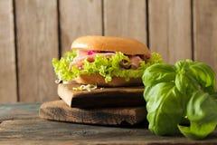 bagel con bacon ed i germogli Fotografia Stock Libera da Diritti