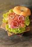 bagel con bacon ed i germogli Immagine Stock Libera da Diritti