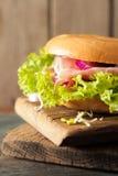 bagel con bacon ed i germogli Fotografie Stock Libere da Diritti