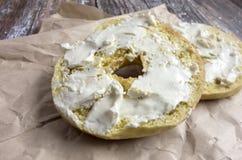 Bagel con formaggio cremoso Fotografie Stock Libere da Diritti