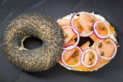 Bagel con formaggio di color salmone e cremoso Immagini Stock Libere da Diritti
