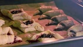 Bagel con le ciliege al forno in forno archivi video