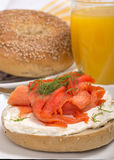 Bagel di recente al forno con formaggio cremoso e salmone affumicato Fotografie Stock