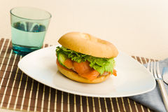 Bagel dos salmões do pequeno almoço imagem de stock