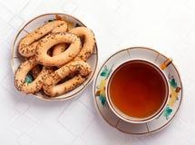 Bagel e una tazza di tè sulla tovaglia Fotografia Stock Libera da Diritti