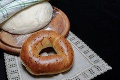 Bagel et pâte sur une serviette Photos stock