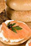 Bagel et saumons photographie stock