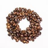 Bagel från kaffebönor på en vit bakgrund Royaltyfri Bild