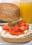 Bagel fraîchement cuit au four avec le fromage fondu et le saumon fumé Photos stock