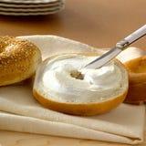 Bagel frais avec le fromage fondu Image libre de droits