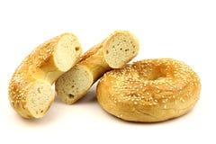 Bagel frais cuit au four et deux moitiés Photos libres de droits