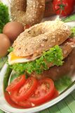 Bagel with fried egg and bacon Royalty Free Stock Photography