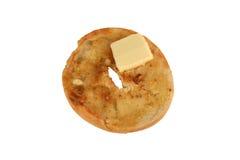Bagel grillé d'isolement avec un tapotement de beurre Images stock
