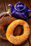 Bagel i herbata dla śniadania Fotografia Royalty Free
