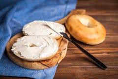 Bagel mit Frischkäse stockfoto
