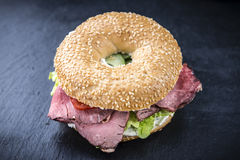 Bagel mit Roastbeef Stockfotos