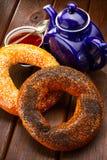 Bagel och te för frukost Arkivfoton