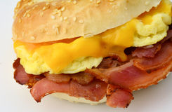 Bagel with scrambledd egg, bacon and cheddar cheese Royalty Free Stock Images