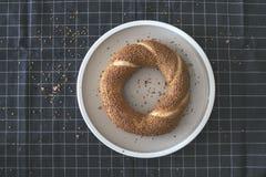 Bagel turco na placa, mesa de cozinha Imagem de Stock