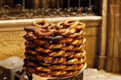 Bagel turco - simit da vendere alla notte Fotografie Stock