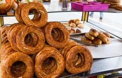 Bagel turco tradicional/Simit para a venda do vendedor ambulante Fotos de Stock Royalty Free