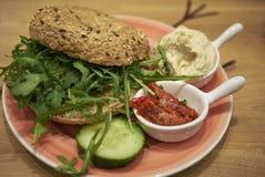Bagel vegetariano con il hummus immagini stock libere da diritti